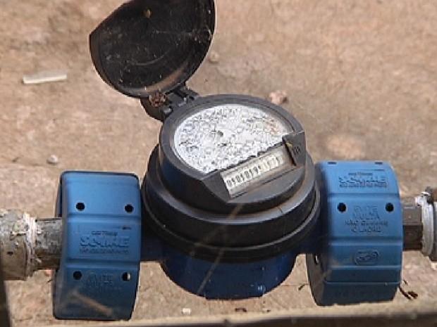 Relógio de água e poste de luz